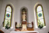 Ołtarz w zabytkowym kościółku